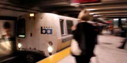 Mulher morre após ser arrastada por metrô por causa de coleira de cão